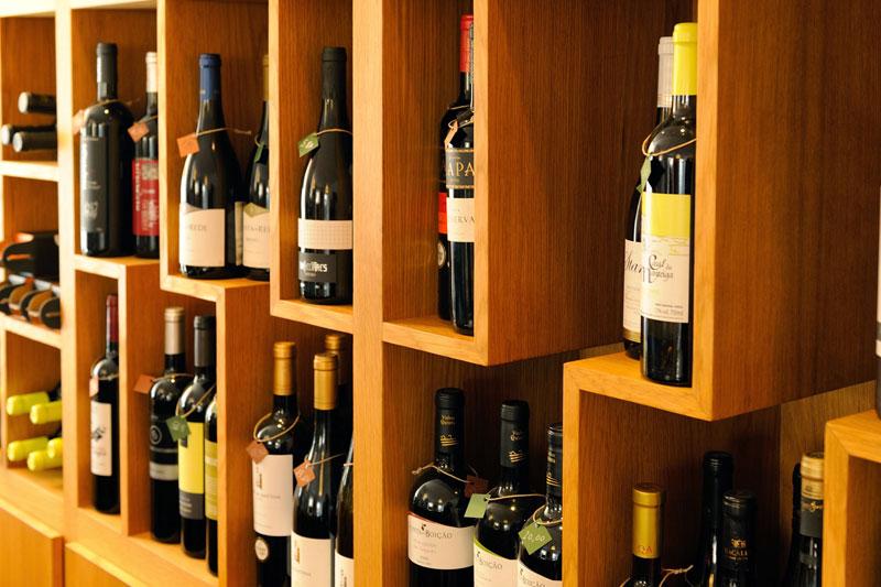 prateleira-vinhos-CS142466